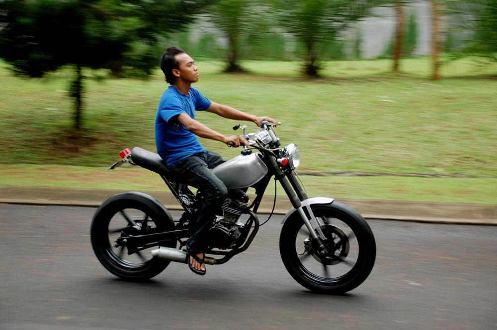 warih modifikasi Honda CB 125 76 simple abu-abu azik