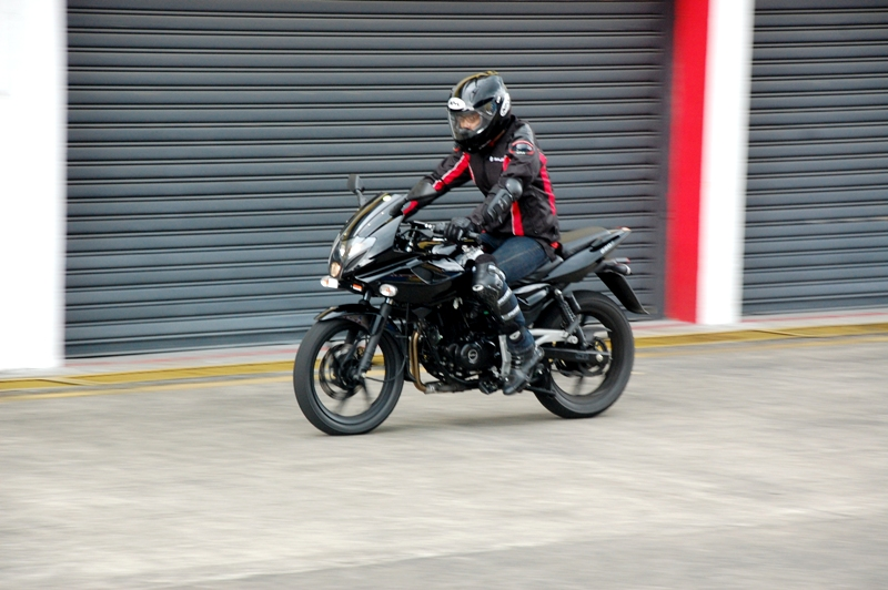 First Ride Pulsar 220 DTS-i | OTOMOTIF